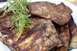 Rosmarin ist besonders hitzebeständig und passt gut zu gegrilltem Schweinefleisch. Foto: djd/www.qs-live.de
