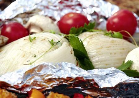 Überraschend lecker im Gemüsepäckchen: Fenchelknollen mit Tomaten und Champignons. Foto: djd/www.qs-live.de