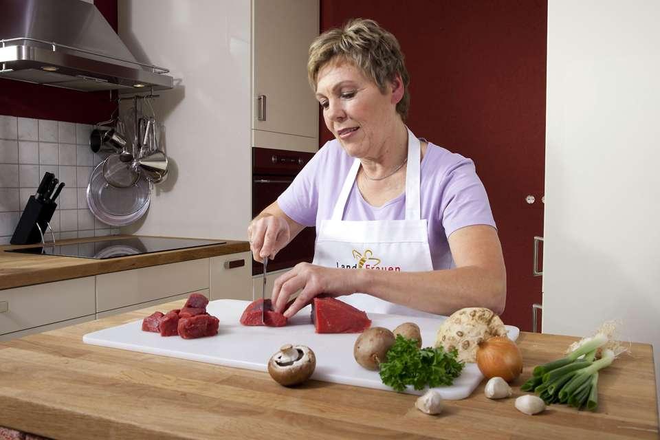 Wie man welches Teilstück am besten zubereitet, hängt von Fettanteil und Muskelstruktur des Fleisches ab. Foto: djd/www.qs-live.de