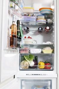 In einem sauberen Kühlschrank lassen sich frische Lebensmittel sicher aufbewahren. Foto: djd/www.qs-live.de