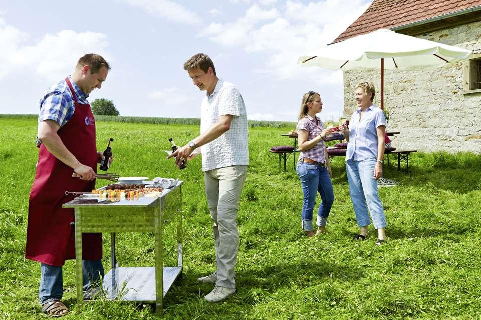 Ob im Wohnzimmer oder im Garten, mit einer guten Planung lässt sich entspannt feiern. Foto: djd/www.qs-live.de
