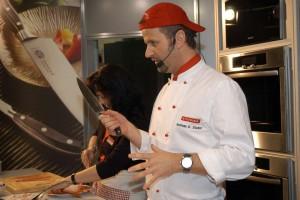 Auch Profiköche wie Andreas C. Studer wissen: Ein gutes Messer ist die Voraussetzung für den perfekten Steakgenuss.Foto: djd/Victorinox