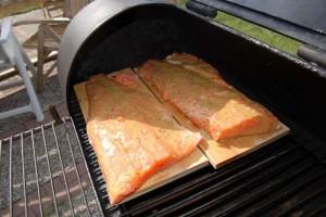 Ein Favorit unter Kennern ist das Grillen von Lachs auf der Planke. Foto: djd/www.bbq-laden.de