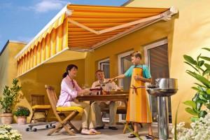 Eine Markise ist nicht nur ein willkommener Sonnenschutz, sondern wird zugleich auch selbst zum ansprechenden Dekorationselement. Foto: djd/Lewens-Markisen
