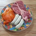 Hähnchenbrust, Bratwurst und Rindersteak für den Grilltest