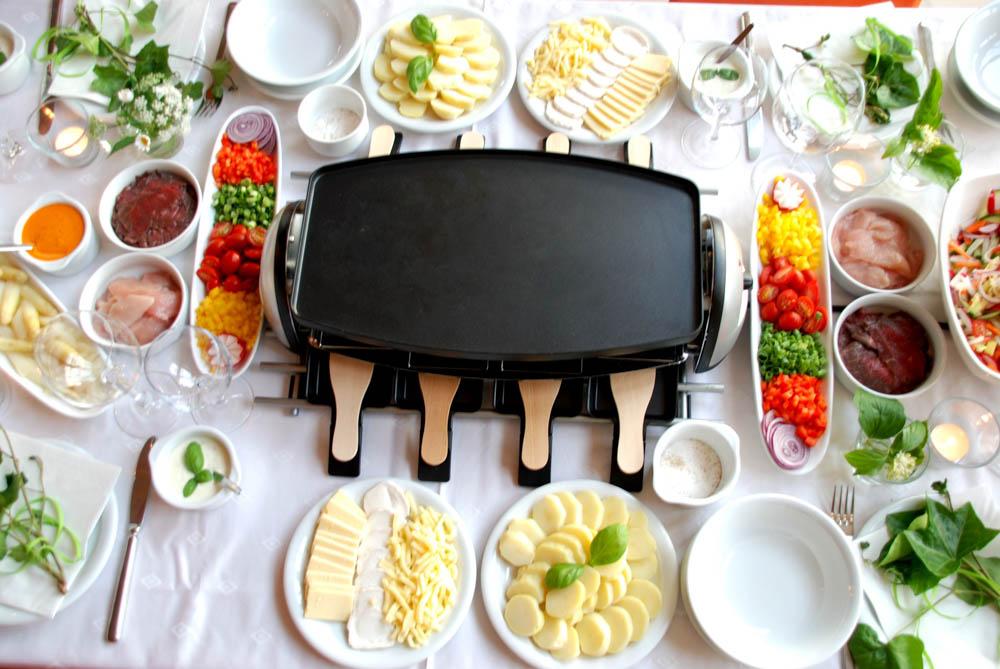 Gedeckter Tisch mit Raclette Grill